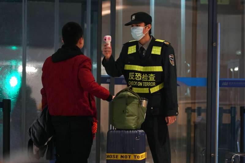 一名護理師21日在臉書PO文表示,竟然有民眾從武漢回台,不主動告知還不戴口罩,讓他氣的罵:「就是有你們這種人,台灣才會淪陷。」 (資料照,美聯社)