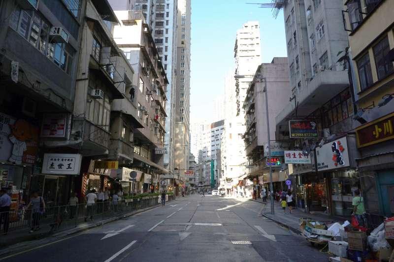 羅大佑唱的〈皇后大道東〉的第一段歌詞,表白了香港再沒有「皇宮」,英式殖民地從此一去不返。也許在不久的將來,皇后大道,無論中、西、東,都可能消失,由人民或解放所替代。圖為皇后大道西。(取自維基百科,由 Exploringlife, CC BY-SA 4.0)