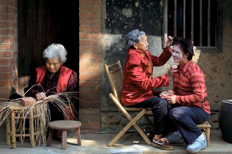 集記憶組第一名「懷舊年代」,拍出阿嬤於苑裡古厝前挽面、編藺的身影。(李宜蘭攝)