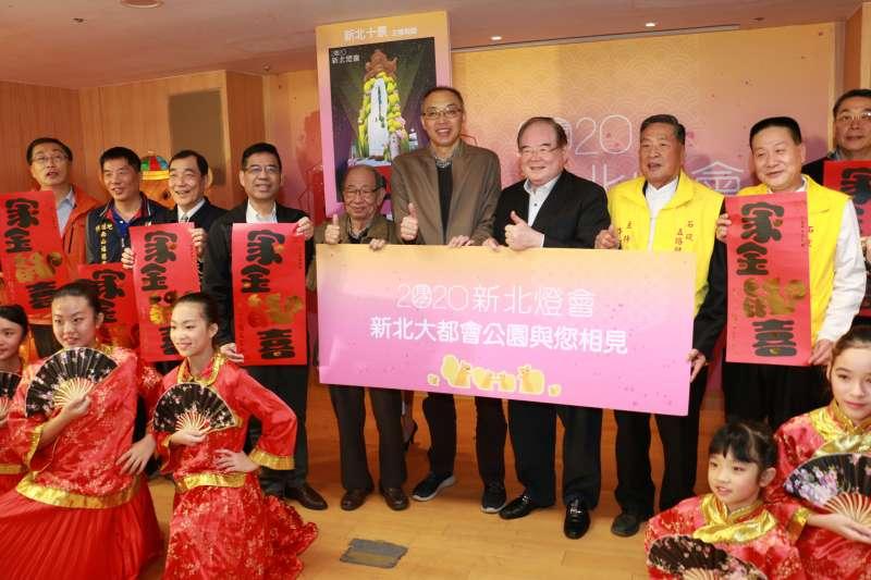 副市長謝政達(右四)與出席活動貴賓合影。(圖/李梅瑛攝)