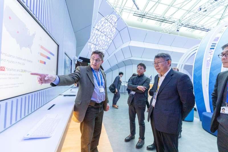 台北市長、台灣民眾黨主席柯文哲(右)在選後隨即出訪歐洲,並與布拉格簽署為姊妹市。柯文哲預計在22日返抵國門。(台北市政府提供)