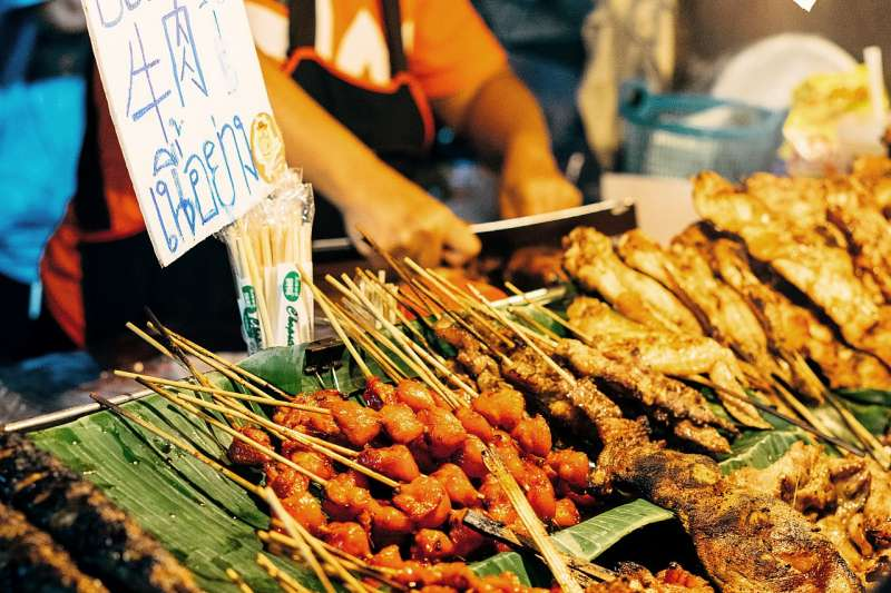 許多夜市攤商收完錢便直接徒手處理食材,不衛生的用餐環境不只讓外國遊客怯步,更可能加速疫情傳播(圖/Unsplash)