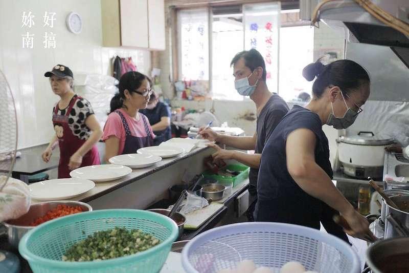 藏身於台南南區新孝路大台南觀光城的林師炒飯,目前已由二代接班,是在地人常吃的熟悉味道(圖/妳好南搞)