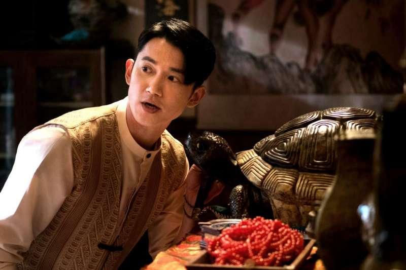 吳慷仁在《彼岸之嫁》中扮演天庭守衛二郎,在地獄裡保護麗蘭不受厲鬼侵害(圖/Netflix Asia)