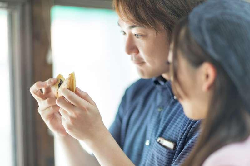 兩個在愛裡的人,對著一塊豆腐乳一樣感覺秀色可餐。(圖/pakutaso)