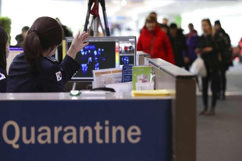 南韓仁川機場海關加強對旅客的體溫檢測,以防武漢肺炎疫情在國內爆發。(美聯社)
