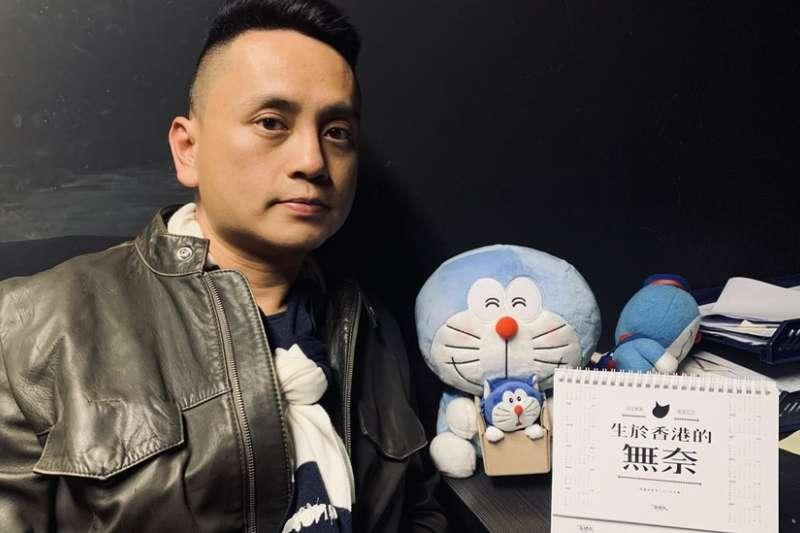 沈旭暉辦公桌上有一個行事曆,上面寫上「生於香港的無奈」。(BBC中文網)
