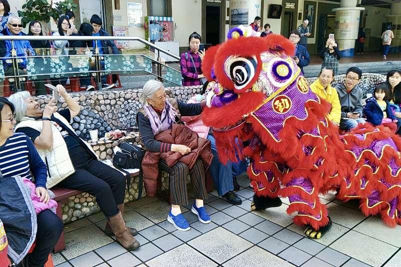 108年開園迎新春活動,舞獅與入園民眾互動 。(圖/新北市客家局提供)