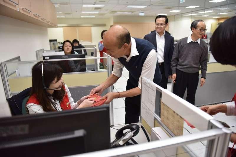 20200122-高雄市長韓國瑜22日現身發紅包,預祝高雄市民鼠年行大運。(高雄市政府提供)