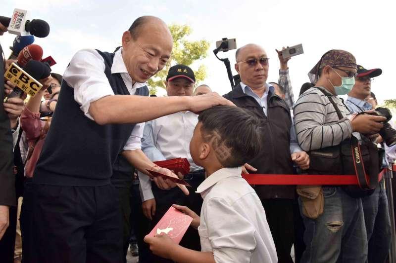 罷韓團體預告將前進鳳山行政中心設攤接受連署,鼓勵不滿高雄市長韓國瑜(左)的軍公教人員出面參與連署。(資料照,高雄市政府提供)