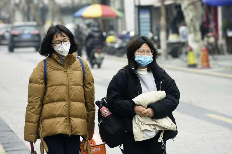 2020年1月,中國武漢肺炎(嚴重特殊傳染性肺炎,新型冠狀病毒肺炎)大規模爆發,各地人心惶惶(AP)