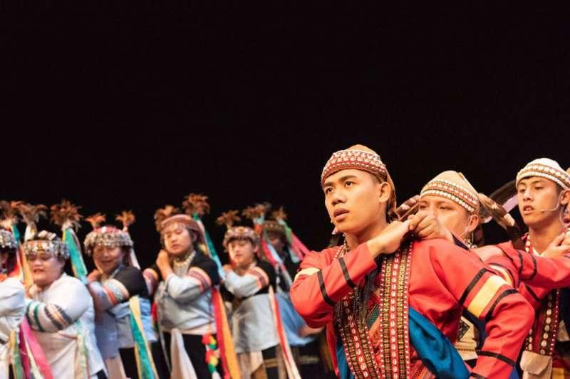 拉阿魯哇族祭典「聖貝祭」的歌謠、地名等傳統文化,都必須透過族語表達。(余帆提供)