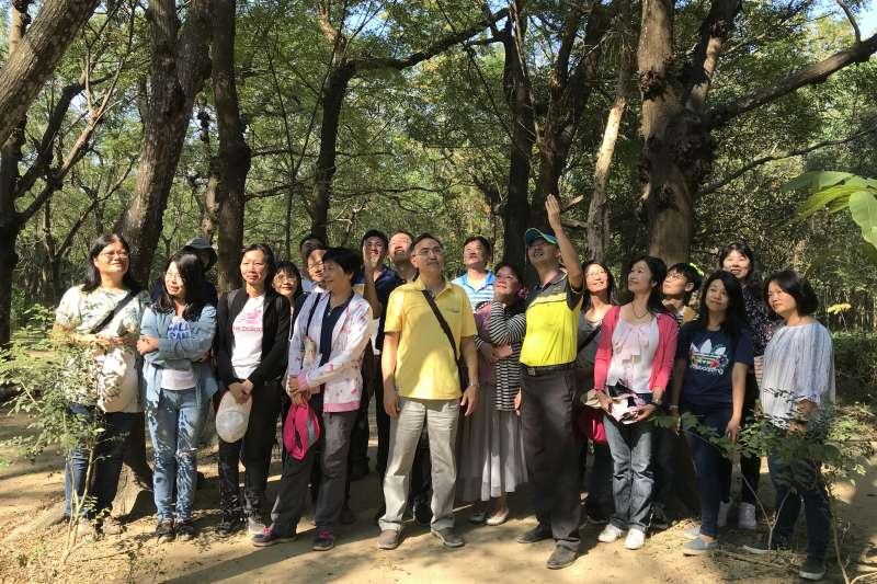 黑松教育基金會帶領夥伴學校參訪虎山實小 林勇成校長熱烈分享生態學校經驗。(圖/黑松教育基金會提供)