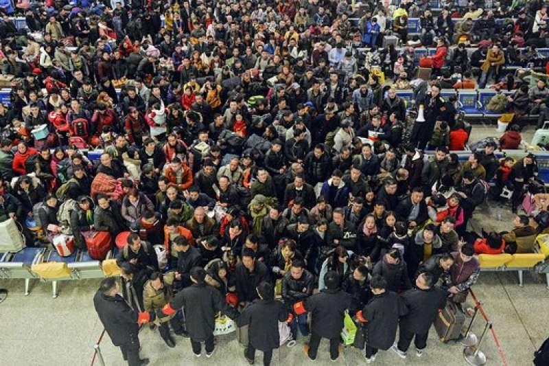 2017年1月17日,在湖北漢口火車站準備返鄉過年的人流。(自由亞洲電台/AP)