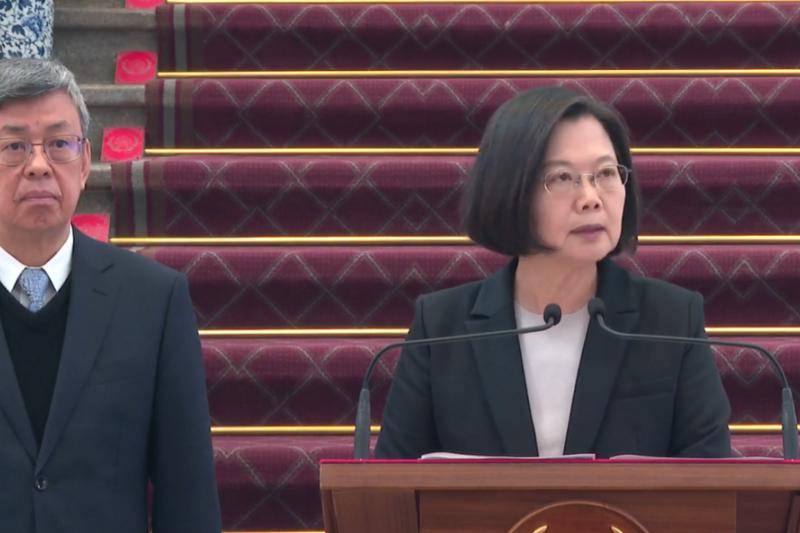 針對中國武漢肺炎疫情,總統蔡英文(右)22日上午在總統府發表敞廳談話。(取自蔡英文臉書)