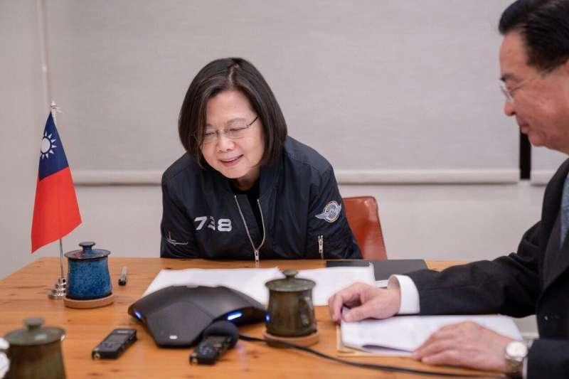 總統蔡英文與美國聯邦參議員賈德納通電話,外長吳釗燮在旁陪同(外交部提供)