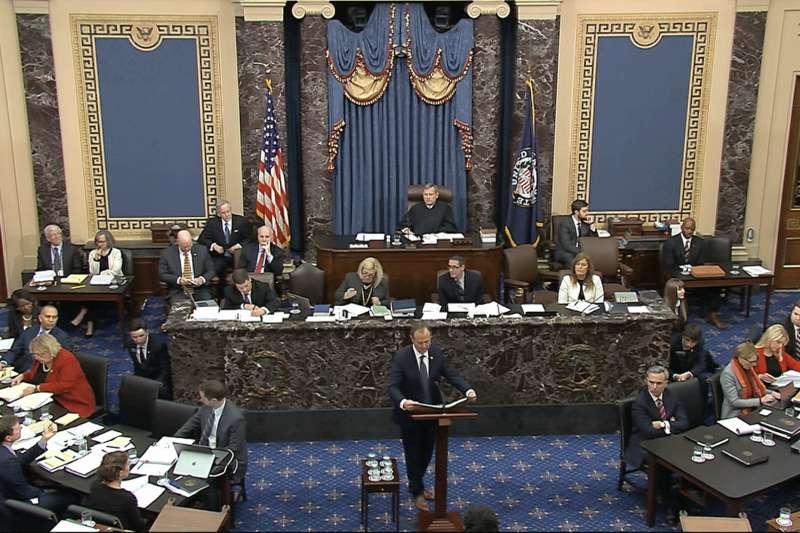 2020年1月22日,美國聯邦參議院「開庭」審理川普彈劾案,代表提告方的民主黨聯邦眾議員席夫上台發言(AP)