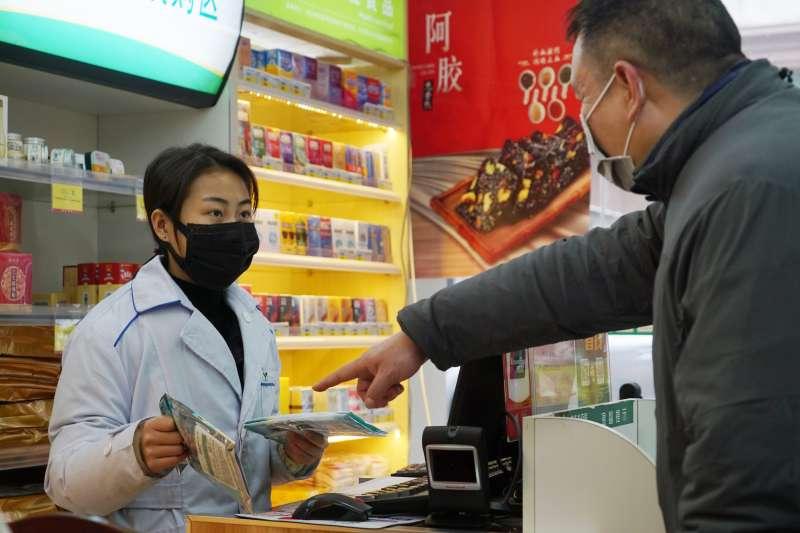 中國武漢肺炎疫情一發不可收拾,民罩搶購口罩等醫療物資(AP)