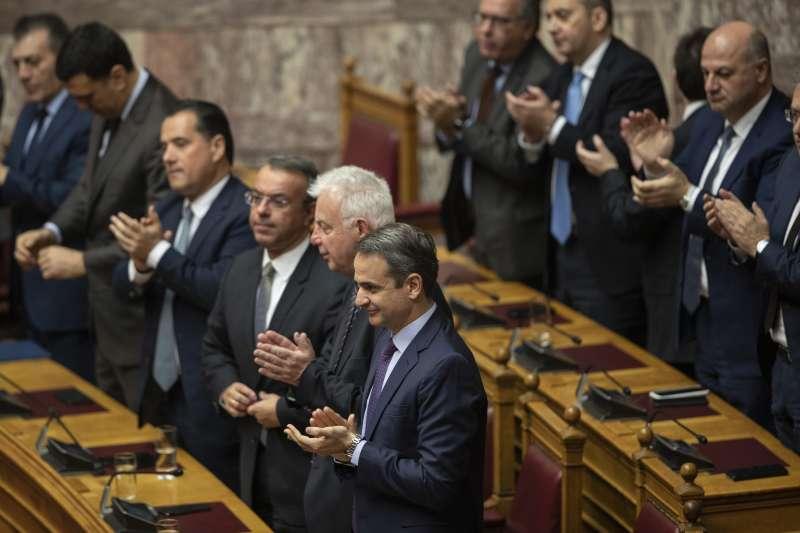 希臘國會選出女法官薩克拉洛普魯擔任新總統,投票結果出爐後,議員起身鼓掌(美聯社)