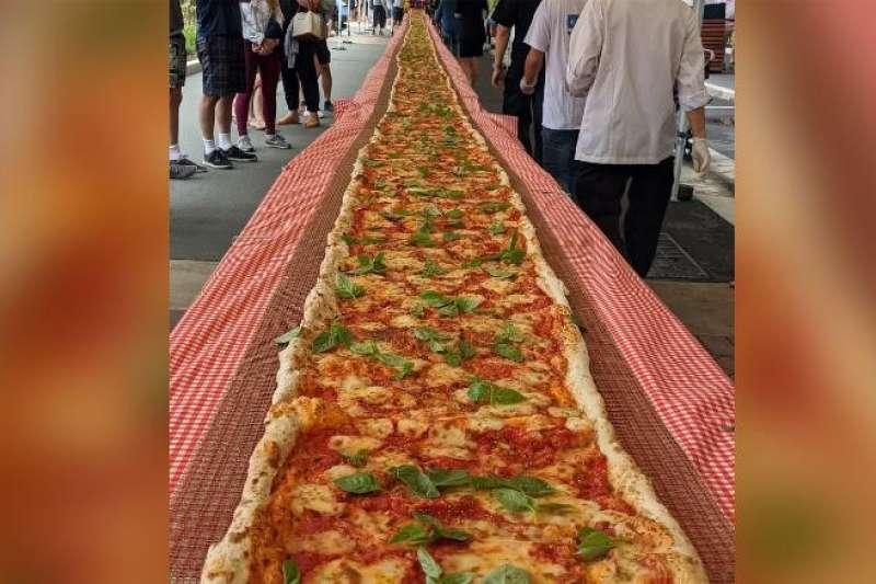 澳洲雪梨郊區的「佩列格里尼義大利餐廳」老闆製作超長披薩為消防人員募款(翻攝自YouTube)