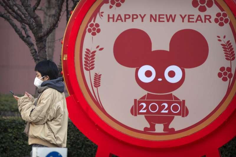 武漢肺炎疫情急遽蔓延,北京民眾也紛紛戴起口罩自保。(美聯社)