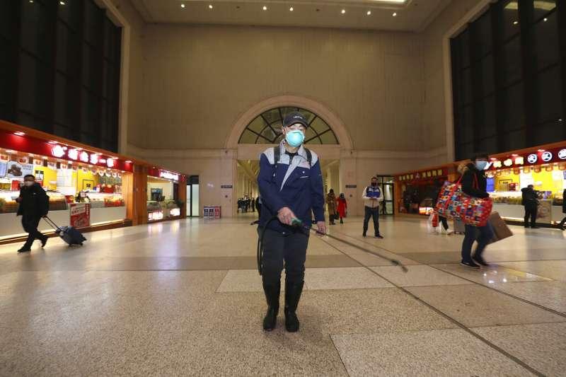 武漢肺炎疫情急遽蔓延,武漢火車站正在加強消毒工作。(美聯社)