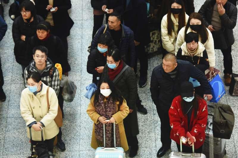 武漢肺炎疫情急遽蔓延,不過杭州火車站也只有部分旅客戴上口罩。(美聯社)