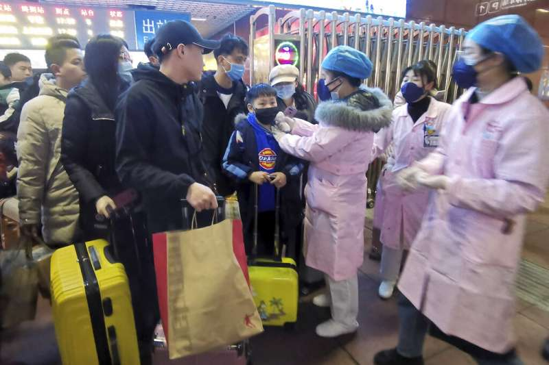 武漢肺炎疫情急遽蔓延,南昌火車站正在進行旅客體溫檢測。(美聯社)