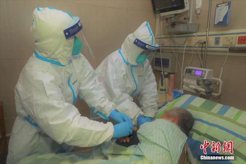 武漢肺炎疫情惡化,這是1月22日,武漢大學中南醫院全力救治新型冠狀病毒肺炎重症患者。(中新社)