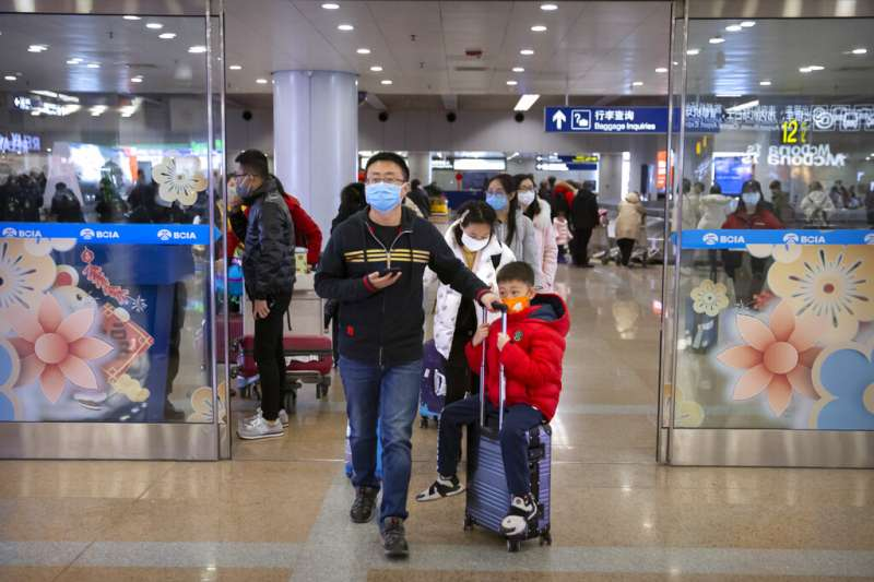 交通部觀光局今天表示,在台旅遊的武漢、湖北團旅客都已返陸。示圖圖,圖為北京首都機場的旅客。(資料照,美聯社)