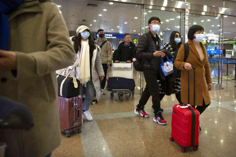 武漢肺炎疫情升高,衛生福利部長陳時中今天再度視察桃園國際機場防疫工作,他表示若有不配合防疫檢查的旅客,一律抓起來依法處理。示意圖。(資料照,美聯社)