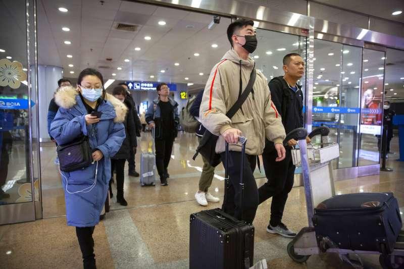 武漢肺炎疫情不斷升高,陸委會表示,目前共接獲158通民眾來電反映本人或有家人受困湖北。圖為北京首都機場的旅客也紛紛戴起口罩。(資料照,美聯社)