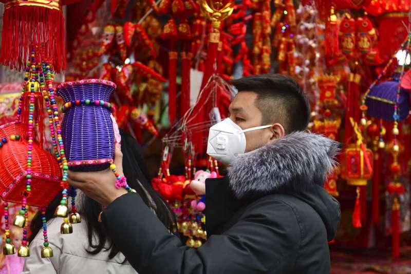 武漢肺炎疫情不斷升高,中國民眾紛紛戴起口罩自保。(美聯社)