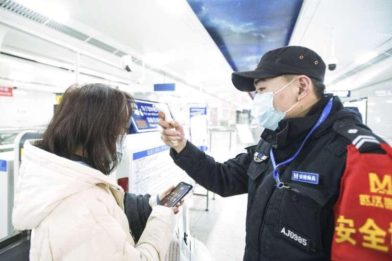 武漢肺炎疫情不斷升高,其他城市的火車站與機場紛紛對武漢前來的旅客測量體溫。(美聯社)