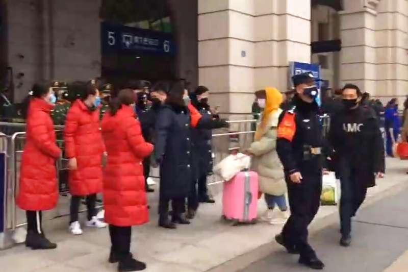 武漢肺炎疫情不斷升高,當地對外公共交通已完全中斷,火車站也被武警管控關閉。(美聯社)