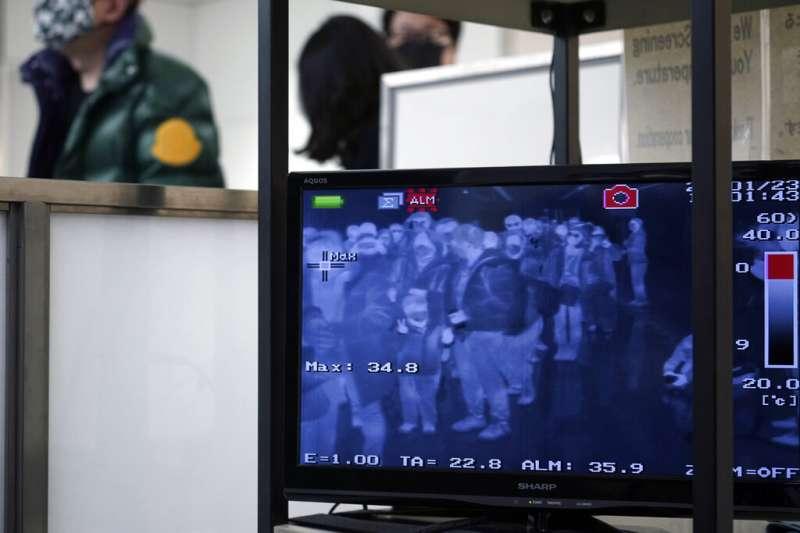 武漢肺炎疫情急遽升高,日本海關也加強對旅客的體溫檢測。圖為東京成田機場。(美聯社)