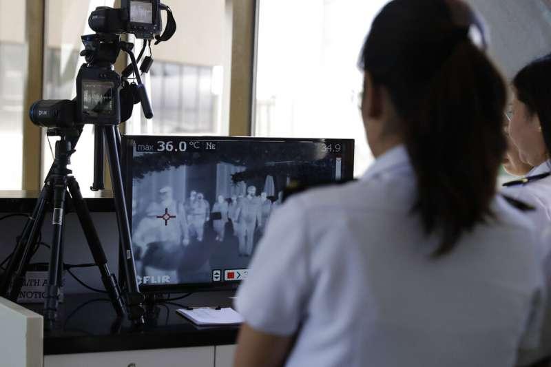 武漢肺炎疫情急遽升高,菲律賓海關也加強對旅客的體溫檢測。圖為馬尼拉國際機場。(美聯社)