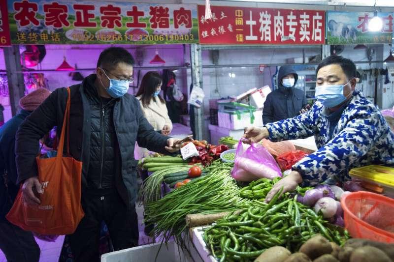 武漢肺炎疫情急遽升高,專家認為這波2019新型冠狀病毒可能是透過市場販賣的野味傳遞。(美聯社)