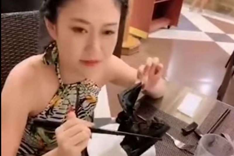 美女吃蝙蝠(YouTube截圖)