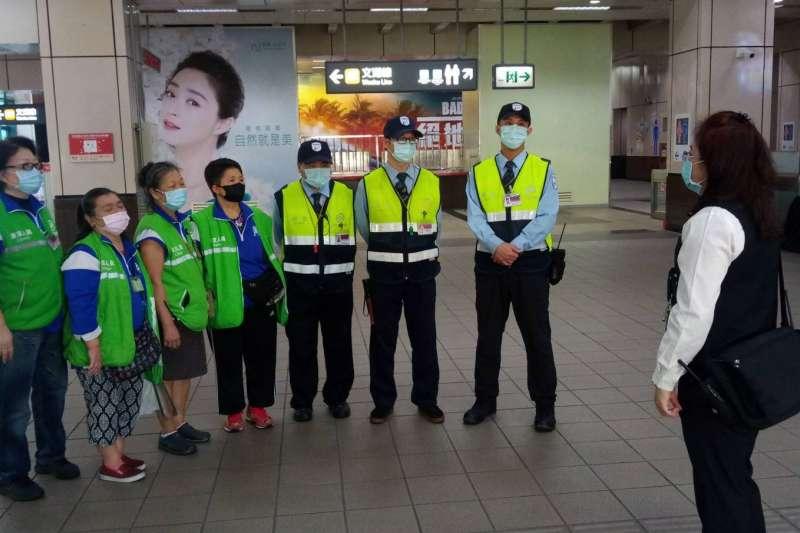 武漢肺炎來襲,台北捷運第一線服務人員值勤全面配戴口罩(北市府)