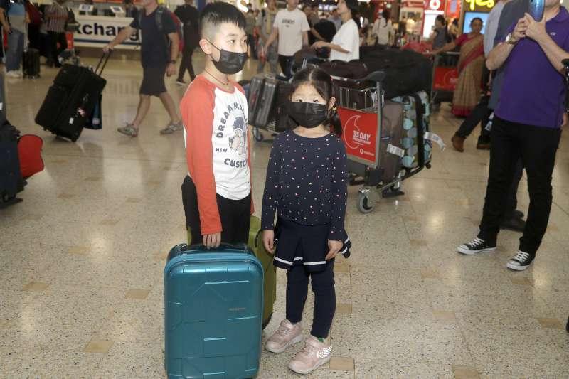 武漢肺炎全球擴散:從中國武漢飛抵澳洲雪梨的中國旅客戴口罩(AP)
