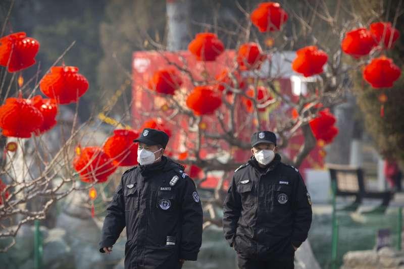 武漢肺炎疫情擴散,中國北京安全人員戴口罩避免感染(AP)