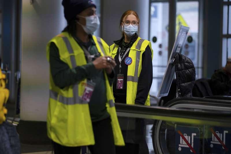 美國出現第2起武漢肺炎確診病例,圖為芝加哥機場人員戴口罩(AP)