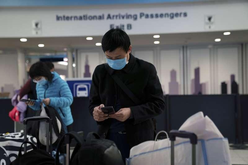 美國出現第2起武漢肺炎確診病例,圖為芝加哥機場旅客戴口罩(AP)