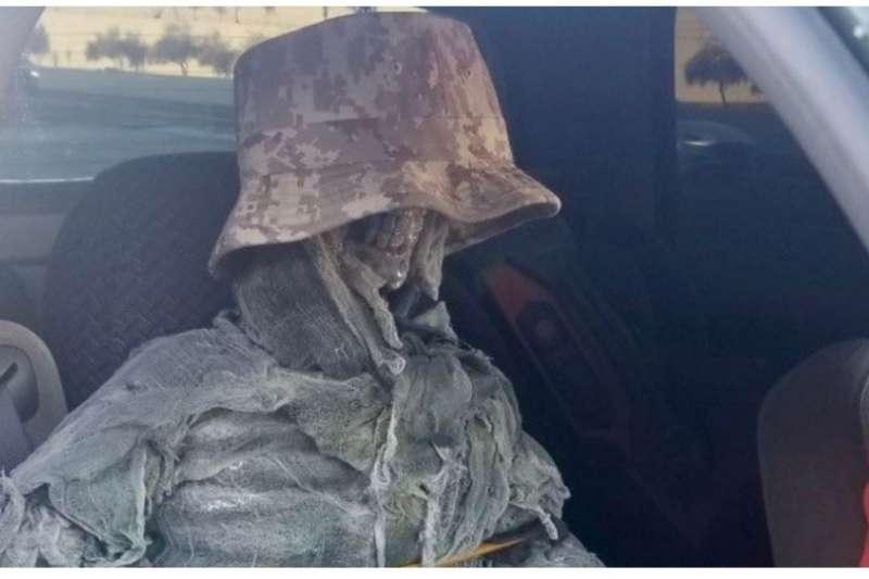 美國亞利桑那州一名男子,竟為了開上高乘載車道而用「骷髏乘客」充數。(取自Twitter)