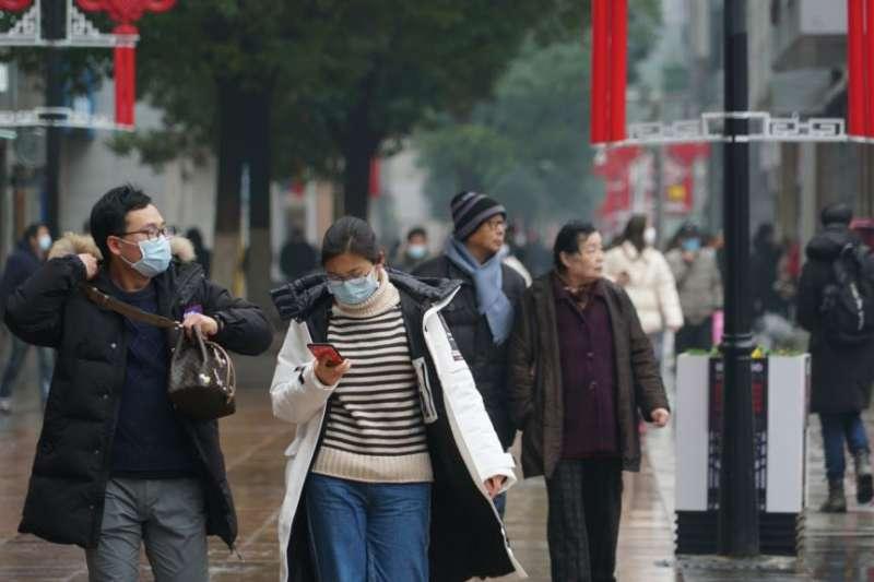 武漢市民採取自我防範措施,預防病毒傳染。(美國之音)