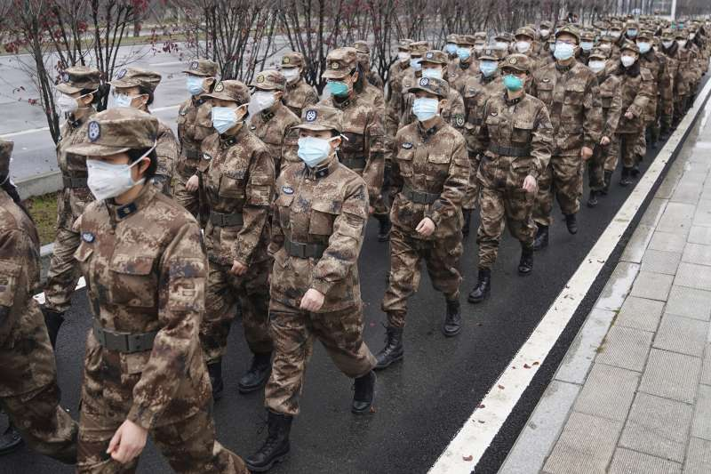 面對武漢肺炎疫情,中國政府啟動最高級別防疫行動,派出135位解放軍醫務人員前往武漢協助。(AP)
