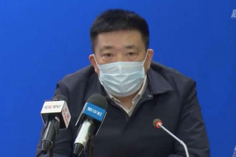 武漢肺炎疫情吃緊,市長周先旺開記者會,示範錯誤口罩戴法(網路截圖)