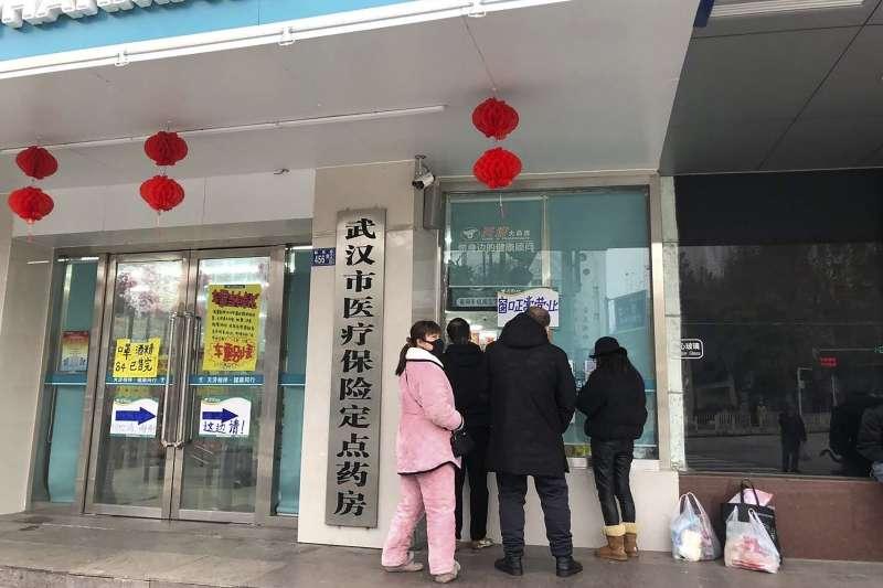 中國武漢肺炎疫情惡化擴散,市民前往醫療院所求助(AP)