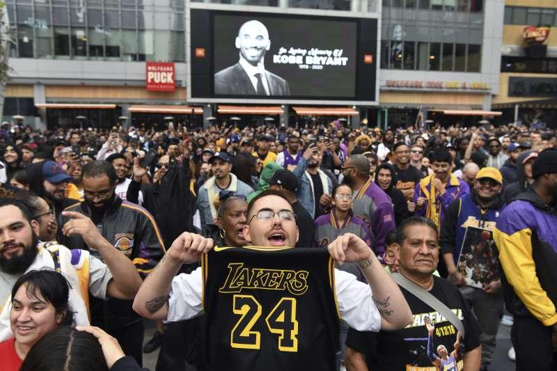 2020年葛萊美獎在湖人主場史坦波中心舉行,場外卻聚集大批球迷為傳奇球星布萊恩致哀。(美聯社)